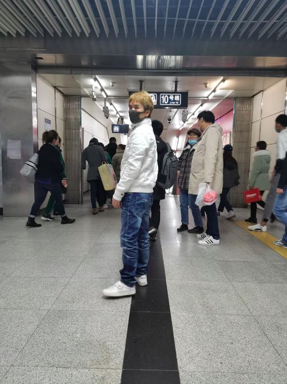 舒嘉颖搭地铁出行被拍 生活节俭低调似路人